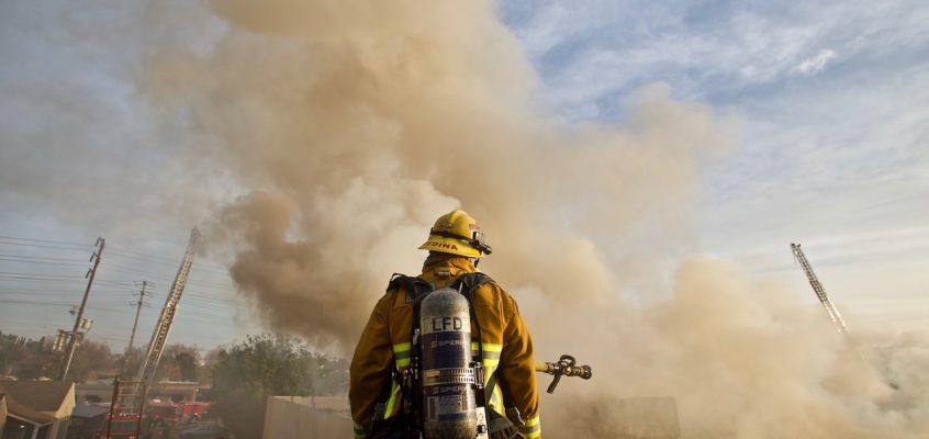 Требуется ли обязательное подтверждение о соответствии требованиям ФЗ-123 «Технический регламент о требованиях пожарной безопасности» для люков дымоудаления, применяемых в системах дымоудаления с естественным побуждением тяги, если данная продукция отсутствует в перечне?